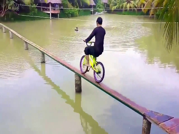 Ngủ mơ thấy xe đạp và bạn là người bị ngã dự báo điềm gì?