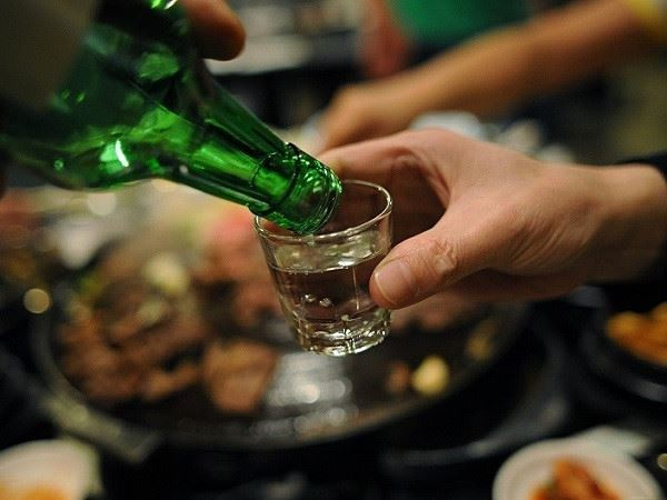 Mơ thấy uống rượu báo mộng điềm tốt hay xấu, đánh con gì?