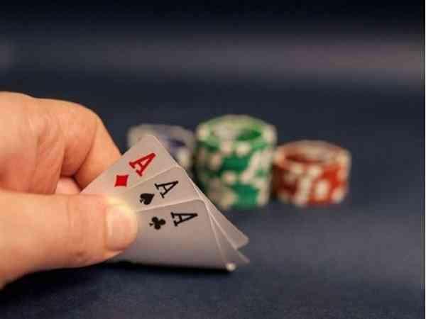 Ngủ mơ thấy đánh bài là điềm hên hay xui ? Đánh số mấy ?